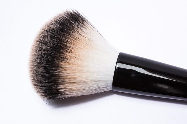 Los trucos caseros te permitirán limpiar las brochas de maquillaje con ingredientes muy económicos Si no quieres que los gérmenes y las bacterias se depositen sobre tu rostro, será importante que recuerdes limpiar las brochas de maquillaje a menudo. Aunque en el mercado existen diversos productos destinados a eliminar la suciedad de estos accesorios de belleza, en este post te proponemos que recurras a los remedios caseros. ¿El motivo? Que son económicos, fáciles de preparar y pueden elaborarse con ingredientes económicos que, muy probablemente, guardas en tu despensa y que te serán de gran utilidad a la hora de limpiar las brochas de maquillaje.  Remedio casero de bicarbonato de sodio El bicarbonato de sodio es un excelente limpiador y un producto que, además, tiene el poder de eliminar los malos olores y las bacterias. A la hora de limpiar las brochas de maquillaje con este producto lo único que tendrás que hacer verter un poco de agua dentro de un recipiente y agregar dos cucharadas de bicarbonato. Deja que los pinceles reposen en el interior del líquido durante tres horas y, pasado ese tiempo, retíralos del agua, escúrrelos y deja que se sequen antes de volver a usarlos. Remedio casero de alcohol ¿Sabías que el alcohol que tanto hemos usado para curar las heridas es perfecto para limpiar brochas de maquillaje? Solo necesitarás dejar los pinceles en remojo en medio vaso de alcohol durante unos 15 minutos para conseguir que el producto acabe con los gérmenes y retire la suciedad y los restos de maquillaje. Remedio casero de jabón neutro El jabón neutro es un producto que podrás adquirir en multitud de supermercados y que te ayudará a mantener tus brochas en buen estado por muy poco dinero. Si te animas a emplearlo coloca unas gotas de jabón sobre las cerdas de la brocha que vayas a limpiar y frota el producto con suavidad durante unos segundos para que impregne todo el pincel. Finalmente, retíralo con abundante agua hasta que la brocha deje de expulsar restos de m